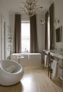 blonde-flooring-in-bathroom